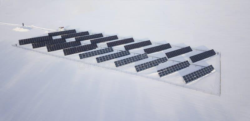 Zima panelu słonecznego pole z śniegiem na panel Photovoltaic władzy elektryczna stacja obrazy stock