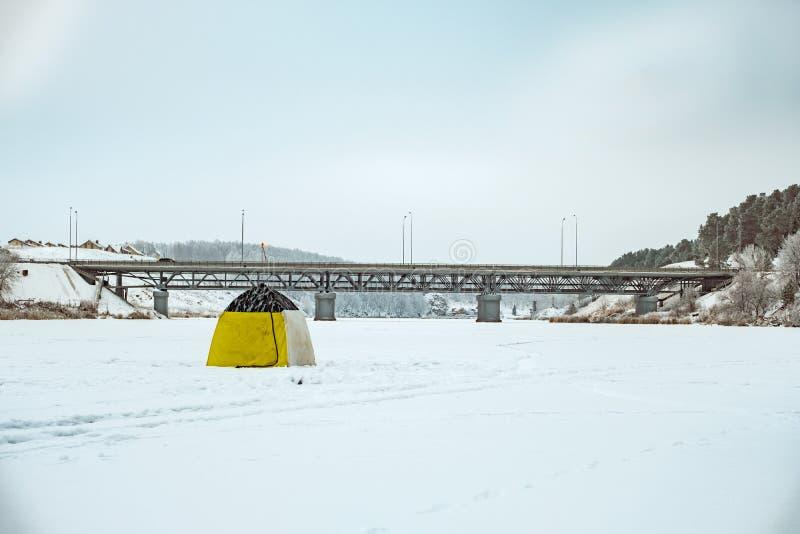 Zima połów na rzece przy mostem w namiocie zdjęcie royalty free