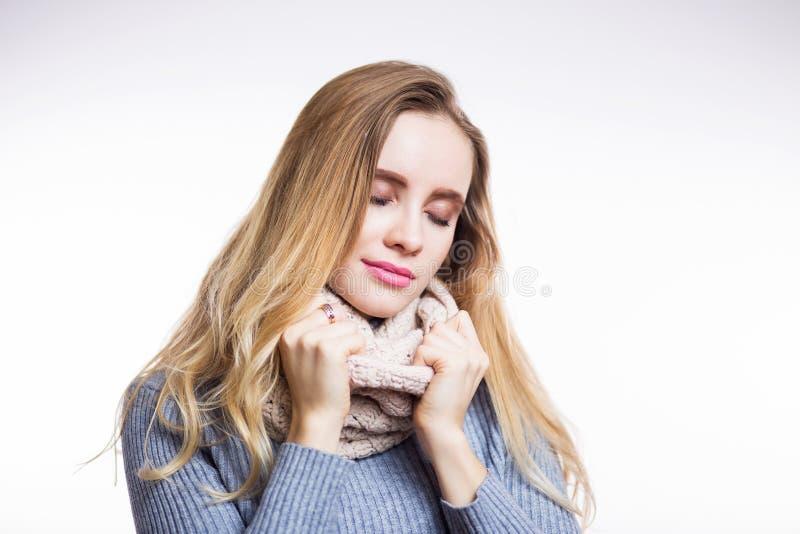 Zima portret młoda piękna blondynki kobieta jest ubranym trykotowego snood Boże Narodzenia, wygodni, mody pojęcie Szczęśliwa dzie obrazy stock