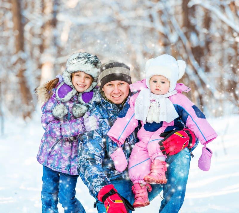 Zima portret szczęśliwa rodzina zdjęcie royalty free