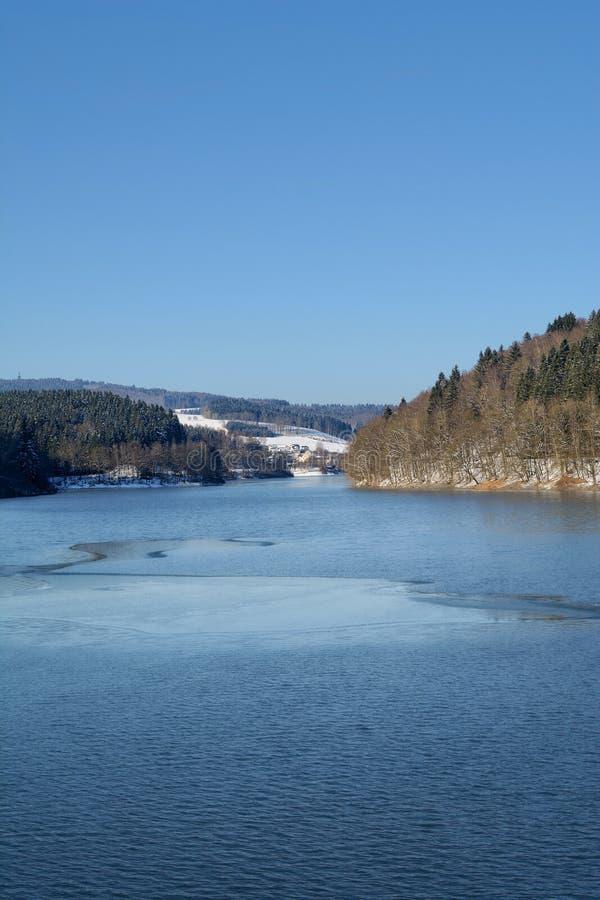 Zima przy Aggertalsperre rezerwuarem, Bergisches ziemia, Gerrmany zdjęcie stock