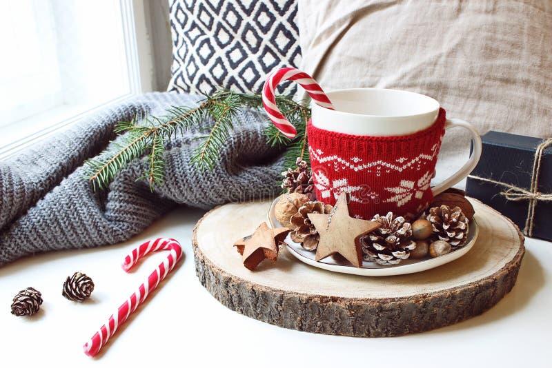 Zima ranku śniadania wciąż życia scena Filiżanka kawy, herbata stoi blisko okno na drewnianej cięcie desce z cukierek trzcinami obraz stock