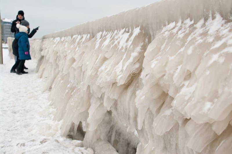 Zima rodzinny spacer przy Darlowo plażą obraz royalty free