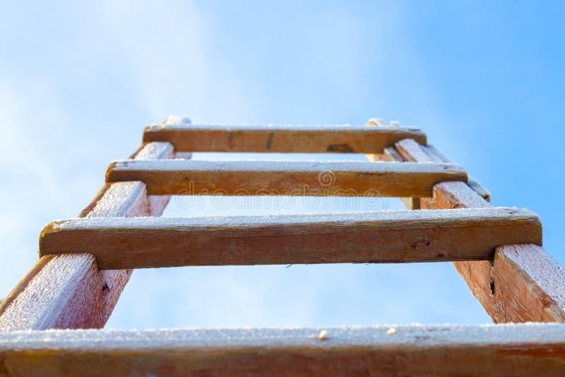 Zima schodki w niebo śniegu zakrywającym obrazy stock