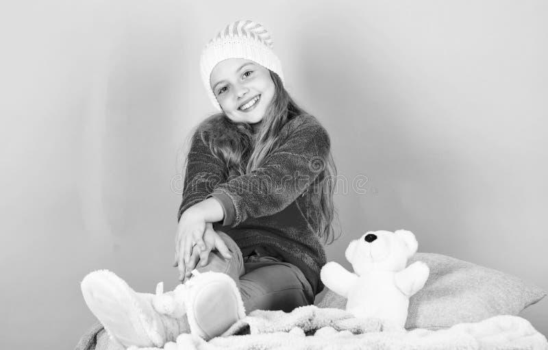 Zima sezonu coziness atrybut Zima sezonu pojęcie Zimy mody akcesorium Dzieciak dziewczyny trykotowy kapelusz Zima obraz royalty free