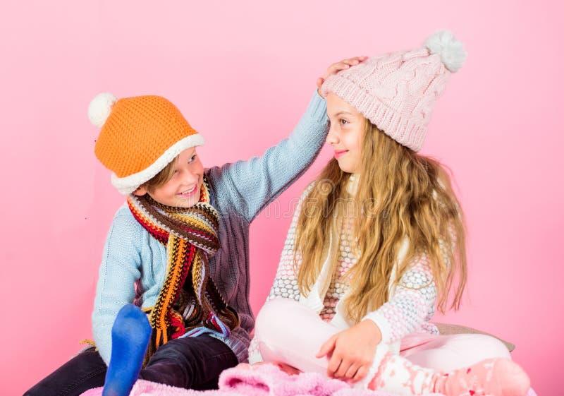 Zima sezonu mody akcesoria i odziewają Dzieciak zimy trykotowi kapelusze Dzieci bożych narodzeń wakacji figlarnie trybowe menchie obrazy stock