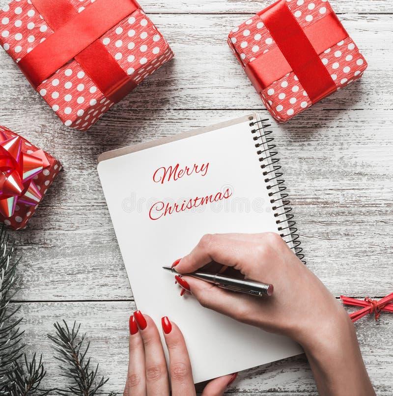 Zima skład dla bożych narodzeń i nowego roku wakacji, wakacje z nowożytnymi prezentami fotografia stock