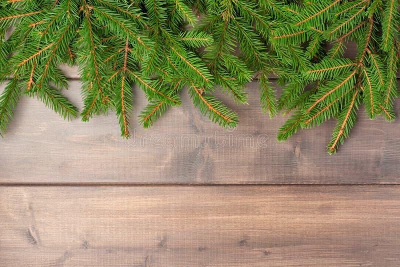 Zima skład z kopii przestrzenią Gałąź choinka pięknie rozkładają na drewnianym tle fotografia stock