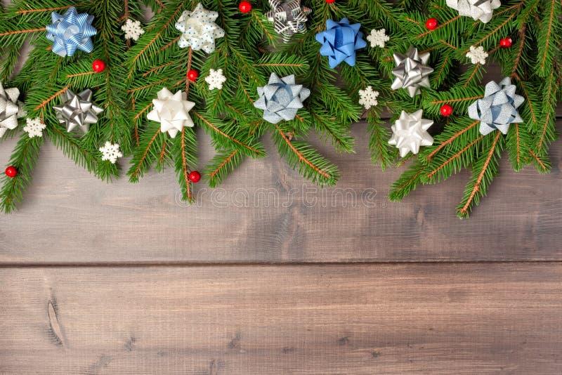 Zima skład z kopii przestrzenią na drewnianym tle, Gałąź choinka pięknie rozkładają fotografia stock