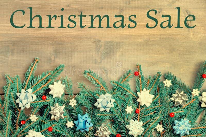 Zima skład z wpisową Bożenarodzeniową sprzedażą Gałąź choinka pięknie rozkładają na a obrazy royalty free