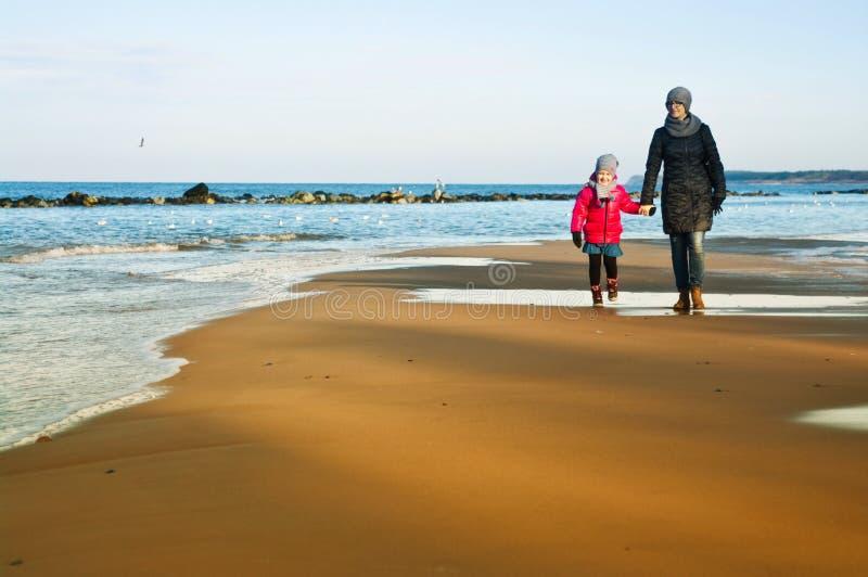Zima spacer morzem bałtyckim, matką i córką, zdjęcie royalty free