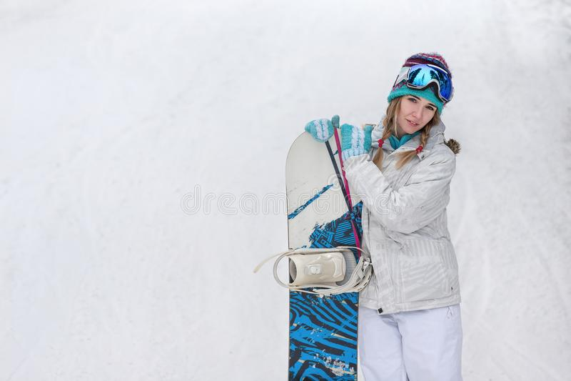 Zima, sporta pojęcie, szczęśliwa młoda kobieta z snowboard outdoors zdjęcia royalty free