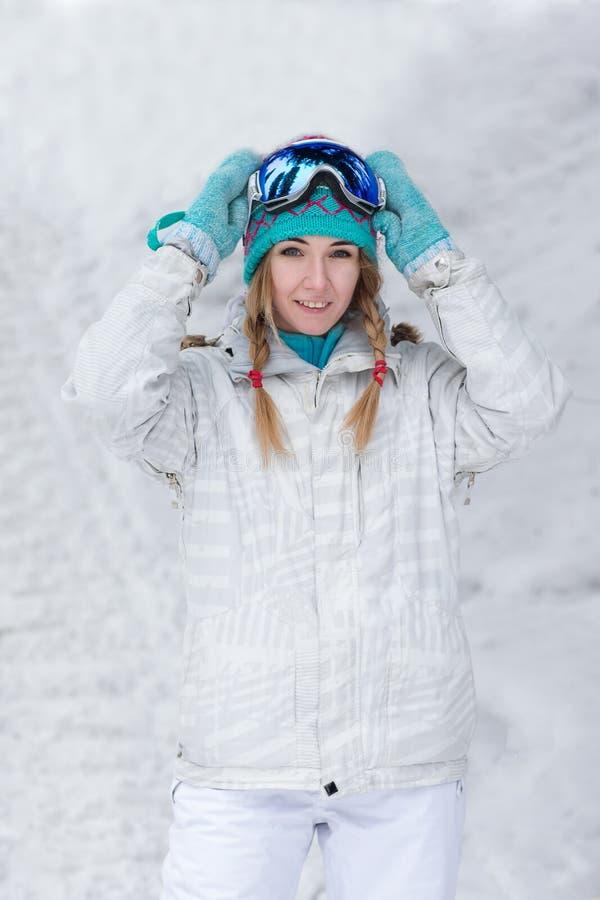 Zima, sporta pojęcie, szczęśliwa młoda kobieta z snowboard outdoors zdjęcie stock