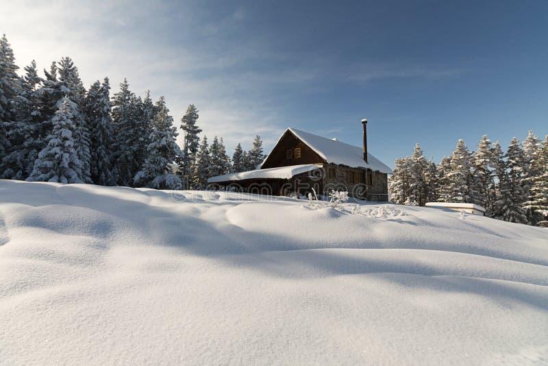 zima w domu Buda w Rila górze fotografia stock