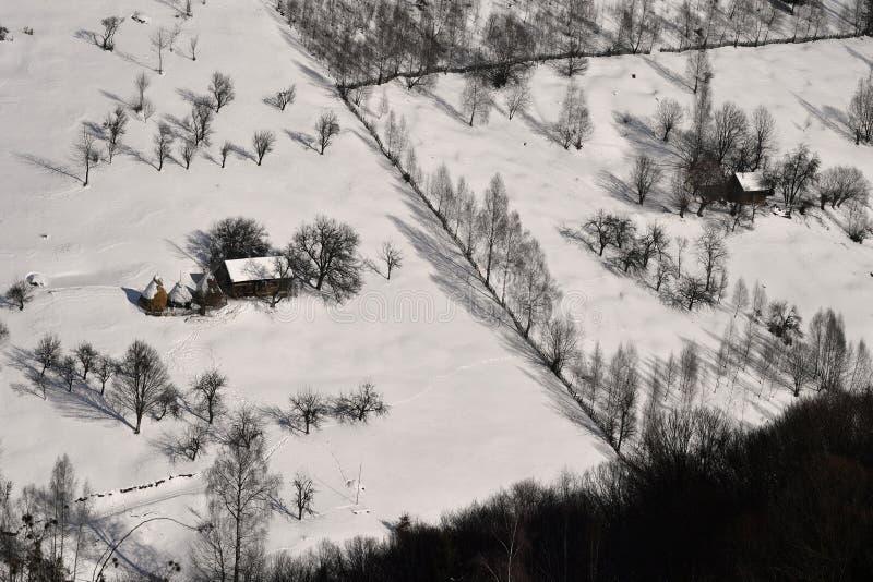 Zima w górach z stajnią, śniegiem i lasem, fotografia stock