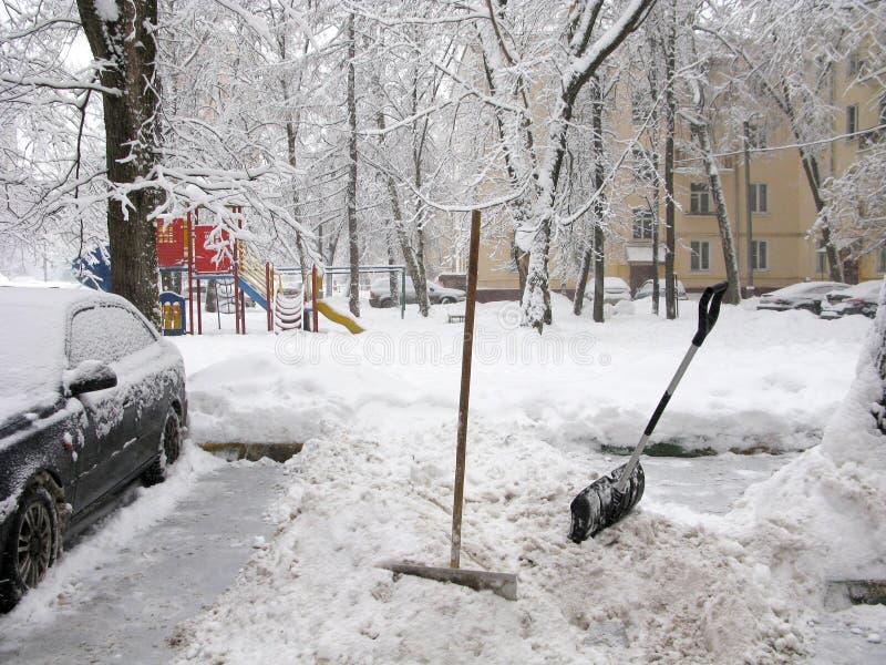 Zima w mieście, ręczny czysty od śniegu, łopaty obraz royalty free