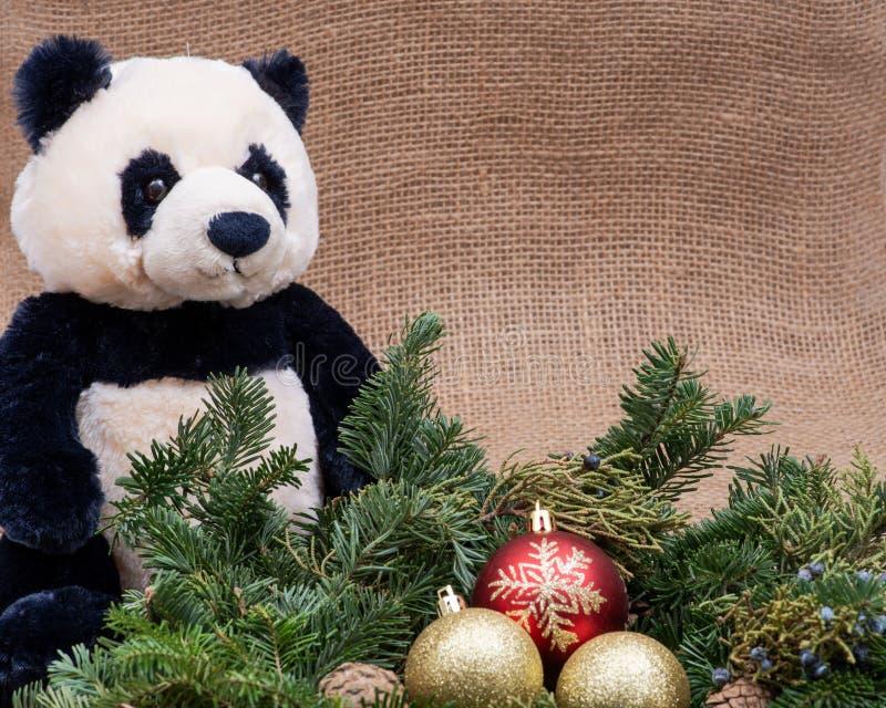 Zima wakacje dekoracja: fraser jodły stołu wianku centerpiece z rożkami, jałowem, choinek piłkami i panda niedźwiedziem, zdjęcia royalty free