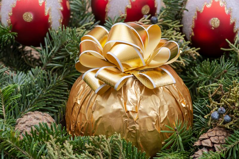 Zima wakacje dekoracja: fraser jodły stołu wianku centerpiece z rożkami, jałowem, choinek piłkami i Włoską czekoladą, obraz stock