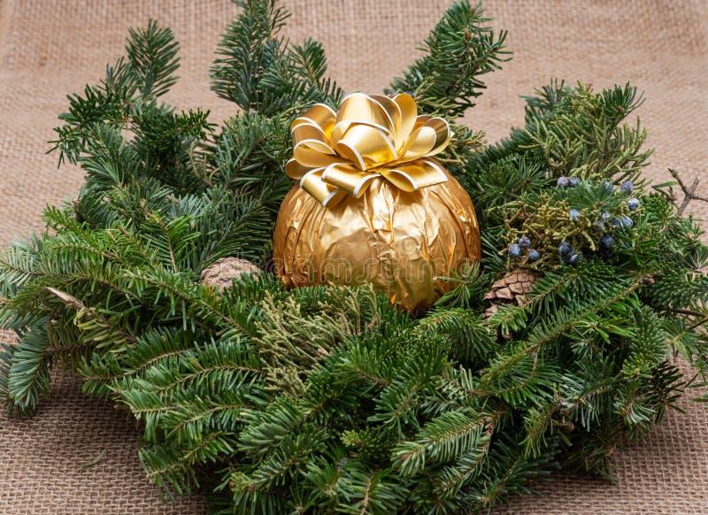 Zima wakacje dekoracja: fraser jodły stołu wianku centerpiece z rożkami, jałowem i włoszczyzny czekolady, piłką obraz stock