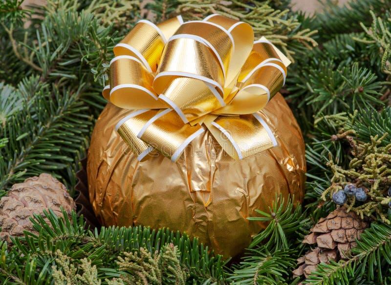 Zima wakacje dekoracja: fraser jodły stołu wianku centerpiece z rożkami, jałowem i włoszczyzny czekolady, piłką zdjęcie stock