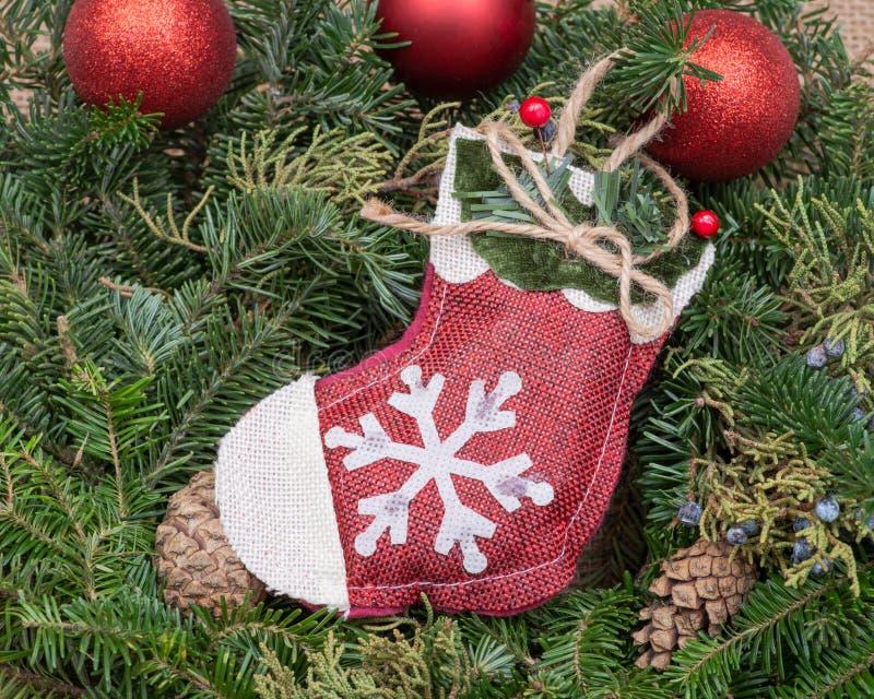Zima wakacje dekoracja: płatek śniegu szydełkowa Bożenarodzeniowa pończocha po środku Fraser jodły stołu wianku centerpiece z roż obraz royalty free
