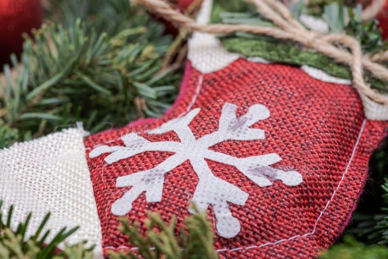 Zima wakacje dekoracja: płatek śniegu szydełkowa Bożenarodzeniowa pończocha po środku Fraser jodły stołu wianku centerpiece z roż fotografia royalty free