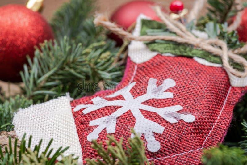 Zima wakacje dekoracja: płatek śniegu szydełkowa Bożenarodzeniowa pończocha po środku Fraser jodły stołu wianku centerpiece z roż obraz stock