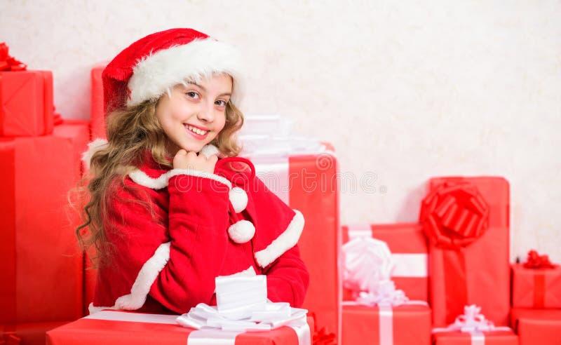 Zima wakacje tradycja Dzieciak szczęśliwy z boże narodzenie teraźniejszością Dziewczyna świętuje boże narodzenie prezenta otwarte obrazy royalty free