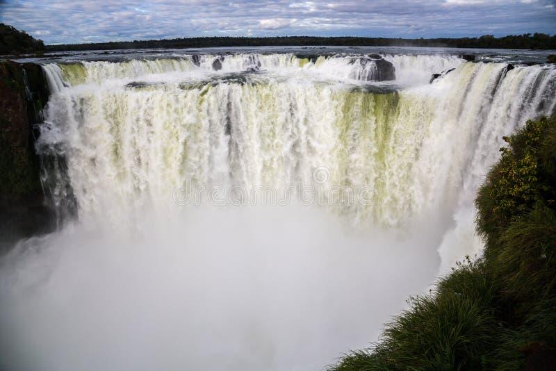 Zima widok Iguazu spadków diabła gardło pod ciężkimi chmurami prowadzi niebo Granica Brazylia i Argentyna Park Narodowy zdjęcie stock
