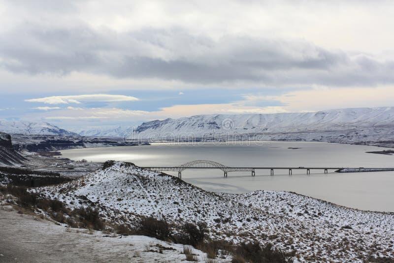 Zima widok Kolumbia rzeka i Korzystny most zdjęcie royalty free