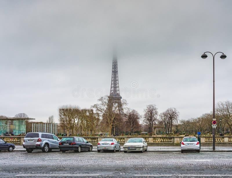 Zima widok wycieczki turysycznej Eiffel wieża eifla z swój odgórnym chującym w mgle widzieć od miejsca Joffre, Paryż, Francja zdjęcie royalty free