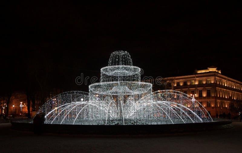 Zima wieczór i nowego roku ` s fontanna obrazy stock