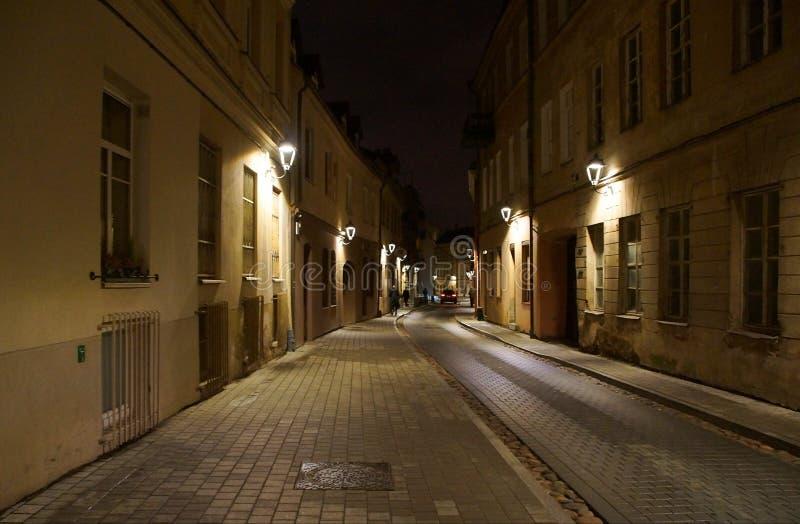 Zima wiecz?r na w?skiej ulicie stary miasteczko zdjęcia stock