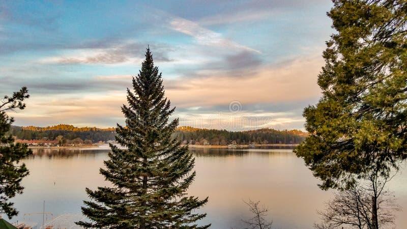 Zima wschód słońca Na Jeziornym grocie, Kalifornia zdjęcia royalty free