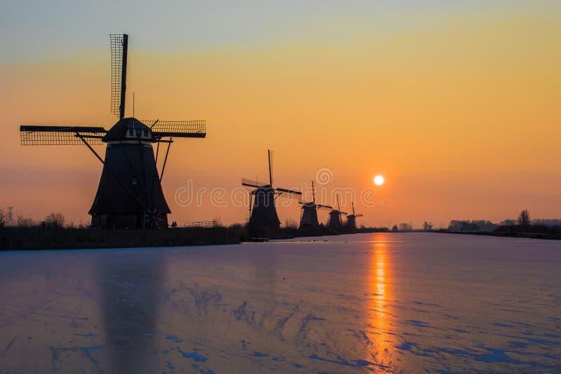 Zima wschód słońca przy Kinderijk wiatrowymi młynami w holandiach obraz stock