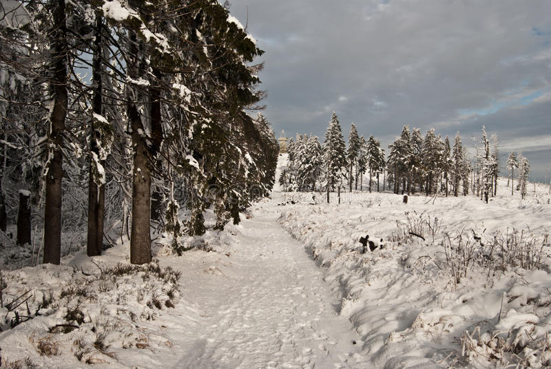 Zima wycieczkuje ślad blisko Barania Gora wzgórza w Beskid Slaski górach zdjęcia royalty free