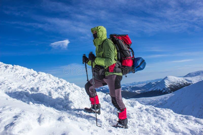 Zima wycieczkuje w górach zdjęcie stock