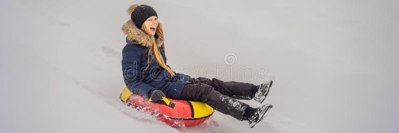 Zima, wypoczynek, sport, przyjaźń i koncepcja ludzi - kobieta zjeżdżająca się na lampy śniegowe BANNER, DŁUGA FORMA obraz stock