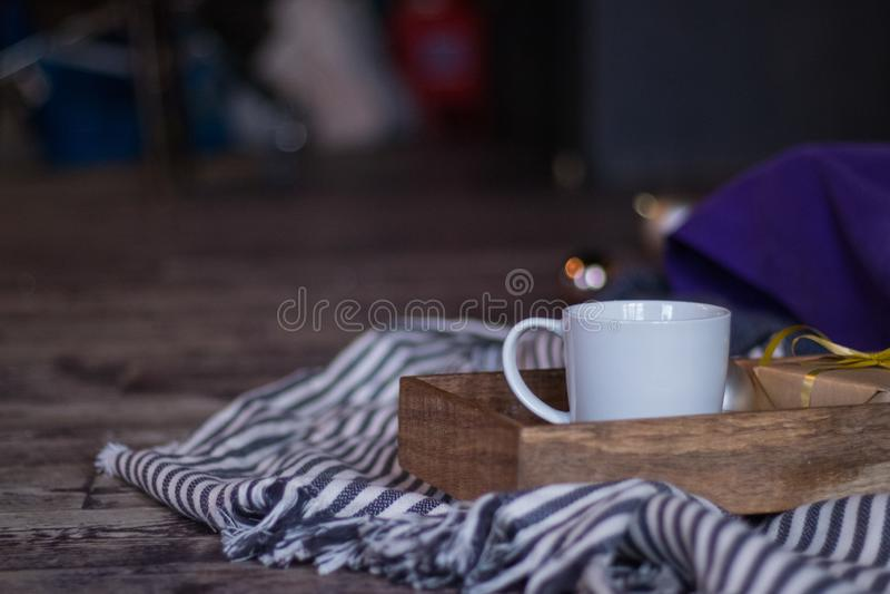 Zima wystrój: filiżanka kawy, prezent, taca, pasiasta szkocka krata, balowa i wygodna Wybrana ostrość zdjęcia royalty free