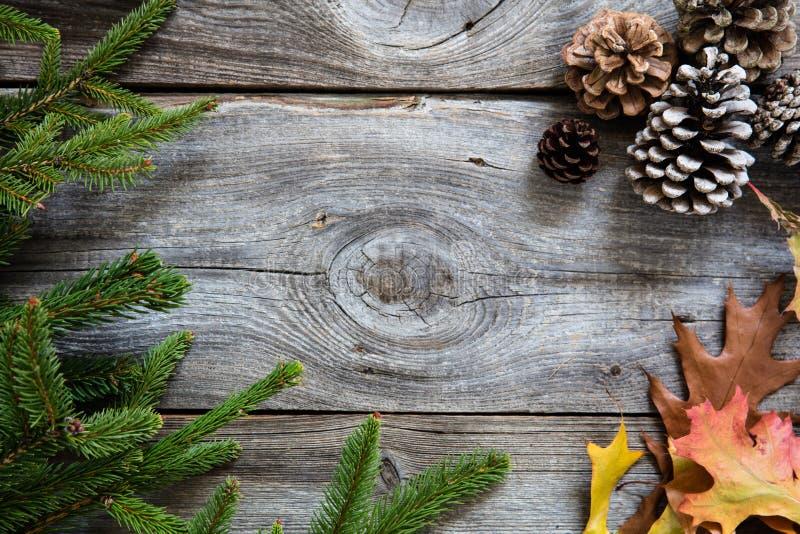Zima wystrój na rocznika drewnianym tle dla podtrzymywalnych symboli/lów zdjęcia stock