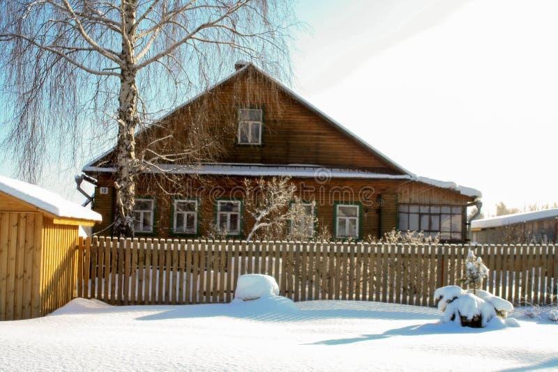 Zima z udziałami śnieg w Rosyjskiej wsi obraz stock