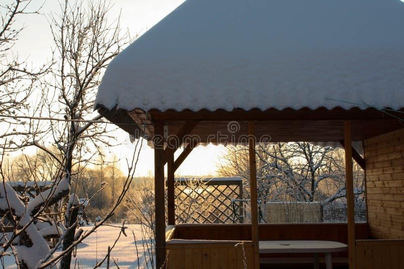 Zima z udziałami śnieg w Rosyjskiej wsi fotografia stock
