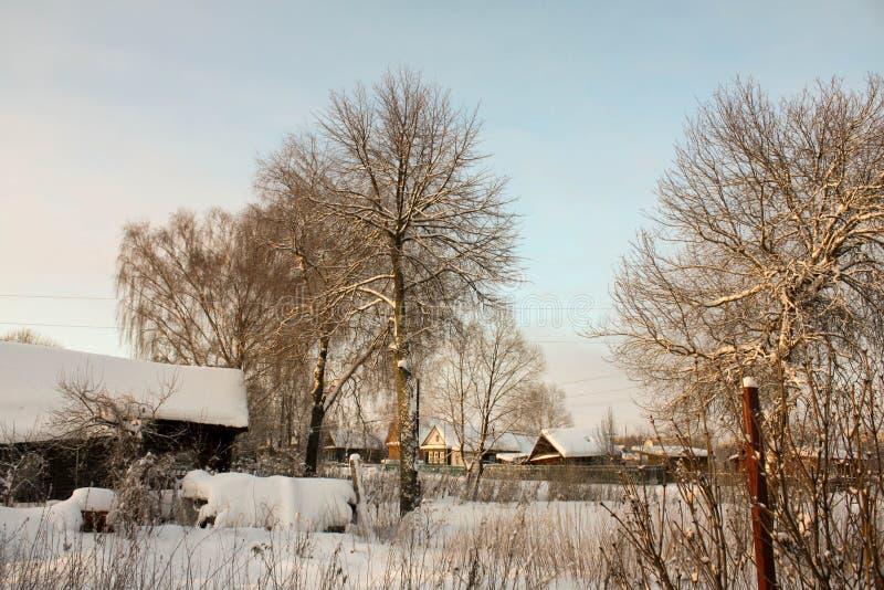 Zima z udziałami śnieg w Rosyjskiej wsi obrazy royalty free