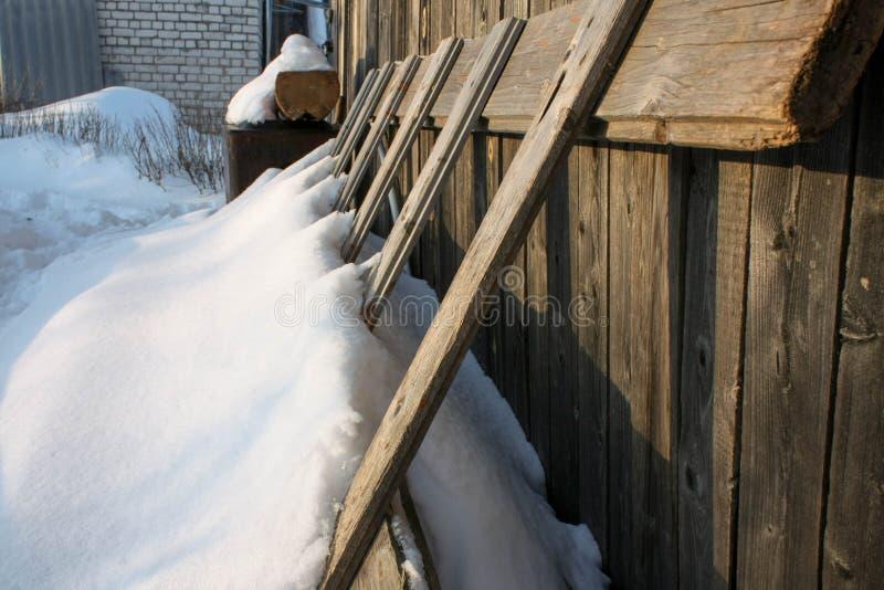 Zima z udziałami śnieg w Rosyjskiej wsi zdjęcia stock