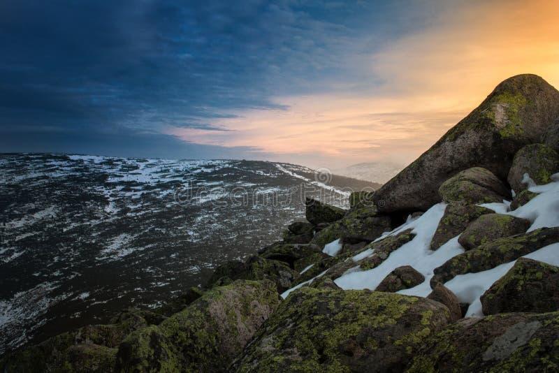 Zima zmierzch na górze zakrywającej z roztapiającym śniegiem obrazy royalty free