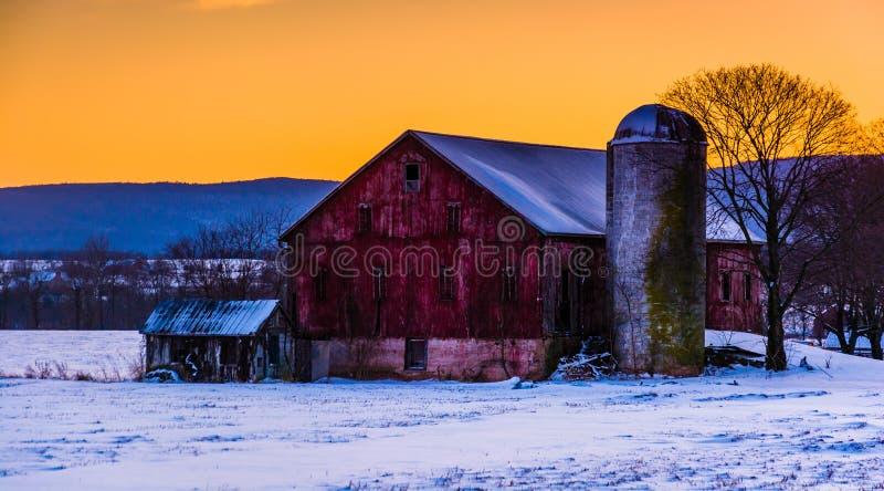 Zima zmierzch nad stajnią w wiejskim Frederick okręgu administracyjnym, Maryland zdjęcie royalty free
