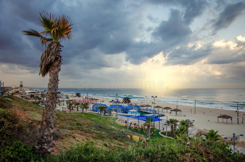 Zima zmierzch przy denną piaskowatą plażą Rishon LeTsiyon zdjęcie stock