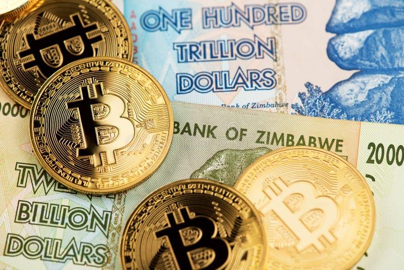Zimbabwe hiperinflacji banknoty i Bitcoin Cryptocurrency monety fotografia royalty free