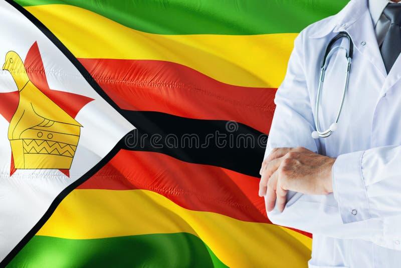 Zimbabwiskt doktorsanseende med stetoskopet på Zimbabwe flaggabakgrund Nationellt v?rdsystembegrepp, medicinskt tema royaltyfri fotografi