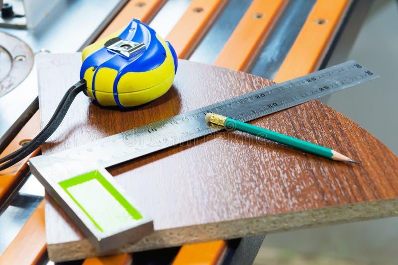 Zimmerei bearbeitet Roulette eines Bleistifts verziert Herstellung Möbel eines obekty Glanzes Manuelle Produktion von lizenzfreie stockfotos